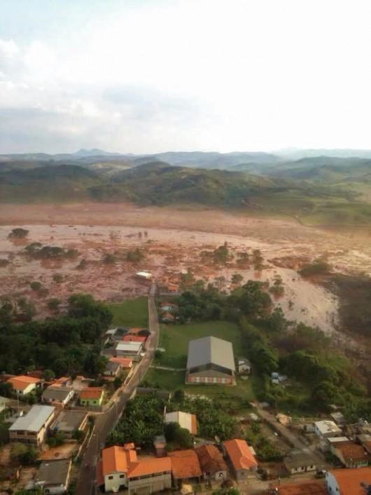 Bento Rodrigues, Brazylia - Puściła zapora górnicza i toksyczne odpady wraz z błotem zalały miasto -8
