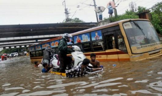 Indie - Przez powódź zginęło już 71 osób -6