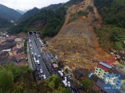 Lishui, Chiny - Dziewięć osób zginęło w osuwisku ziemi, zamknięto główna autostradę łącząca miasta Changchun i Shenzhen