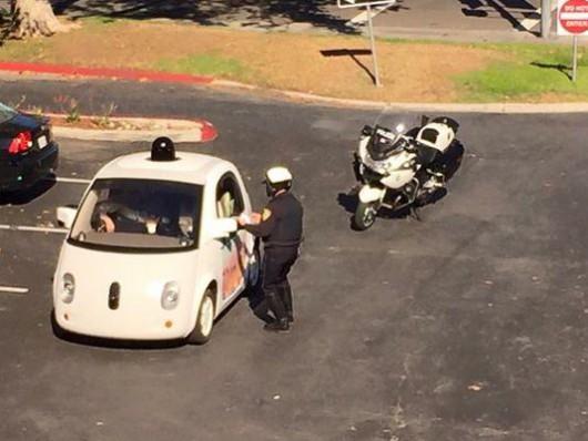 USA - Policjanci w Mountain View zatrzymali samochód za zbyt wolną jazdę i nie mieli komu wręczyć mandatu