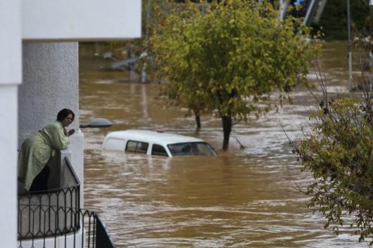 Walencja, Hiszpania - Drogi zamieniły się w rzeki w ciągu godziny spadło 50 lmkw