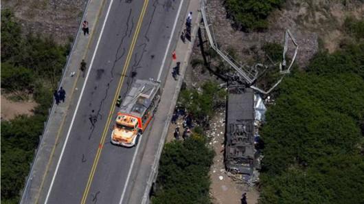 Argentyna - Autobus z funkcjonariuszami żandarmerii spadł z mostu -2
