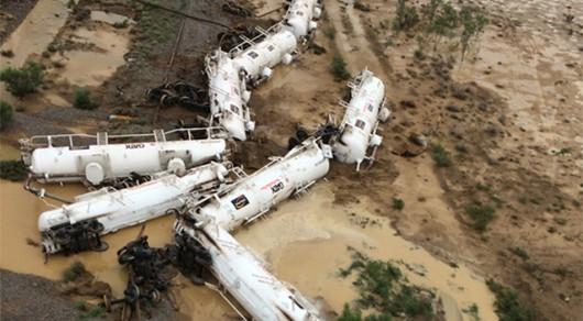 Australia - Wykoleił się pociąg przewożący 200 tysięcy litrów kwasu siarkowego -2