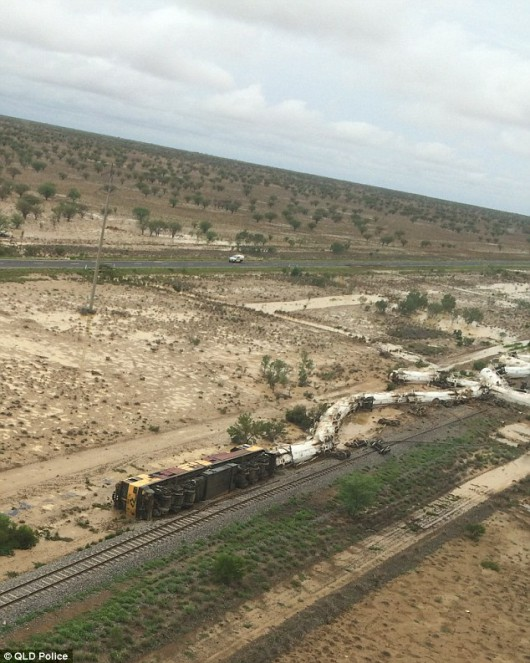 Australia - Wykoleił się pociąg przewożący 200 tysięcy litrów kwasu siarkowego -3