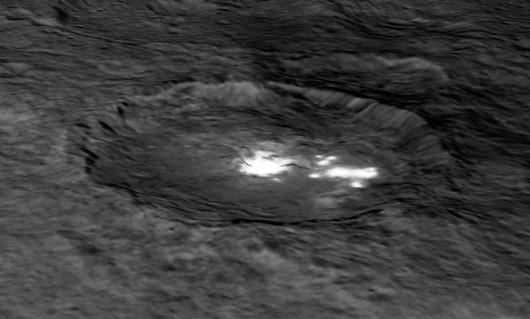 Ceres - Tajemnicze białe plamy na planecie karłowatej składają się z lodu 3