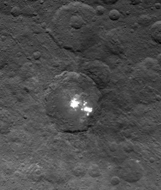 Ceres - Tajemnicze białe plamy na planecie karłowatej składają się z lodu