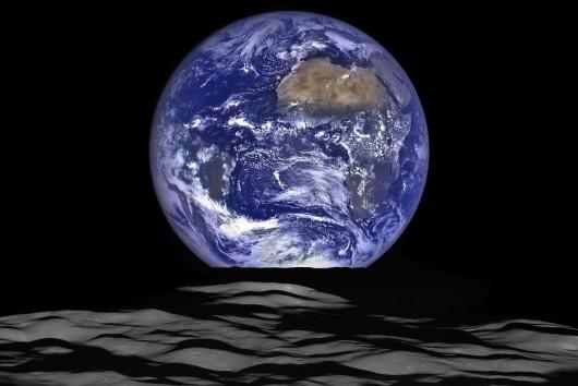Fascynujące zdjęcie ukazujące wschód Ziemi wznoszącej się ponad horyzont Księżyca widoczne z pokładu statku kosmicznego