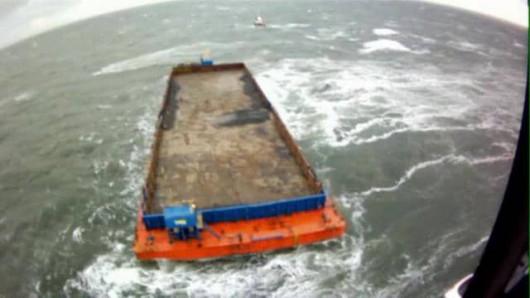 Ogromna barka zerwała się z cumy i dryfuje po Morzu Północnym
