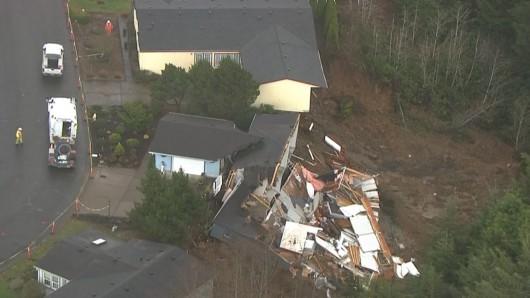USA - Bardzo wiele osunięć ziemi i zapadlisk pojawia się po ulewnych deszczach w stanie Oregon