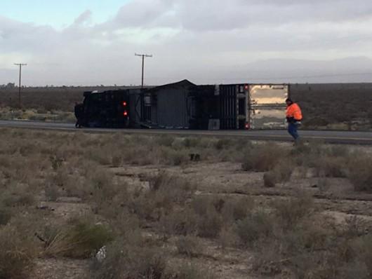 USA - Silny wiatr przewrócił 10 ciężarówek na pustyni Mojave -3