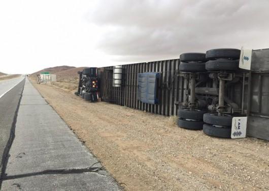 USA - Silny wiatr przewrócił 10 ciężarówek na pustyni Mojave
