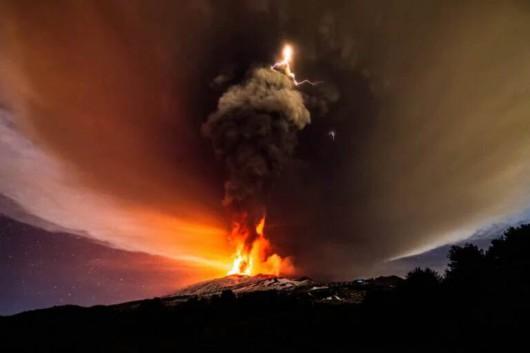 Włochy - Potężna erupcja wulkanu Etna -2