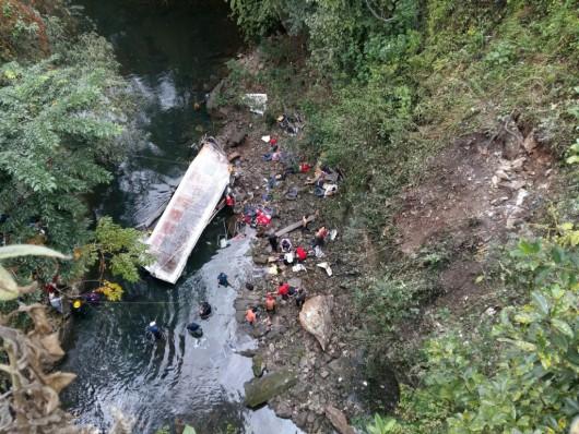 Cordoba, Meksyk - Autobus spadł z mostu i stoczył się do głębokiego wąwozu -1