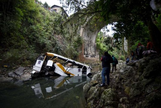 Cordoba, Meksyk - Autobus spadł z mostu i stoczył się do głębokiego wąwozu -2