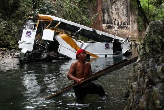 Cordoba, Meksyk - Autobus spadł z mostu i stoczył się do głębokiego wąwozu -4