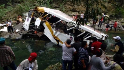 Cordoba, Meksyk - Autobus spadł z mostu i stoczył się do głębokiego wąwozu -5