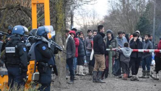Dunkierka, Francja - Strzelanina o charakterze religijnym na ogromnym dzikim obozowisku uchodźców