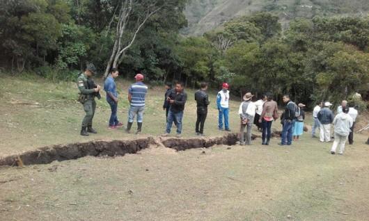 Gigantyczne pęknięcie ziemi w Aponte Kolumbia 1200 m długości i 50 cm szerokości