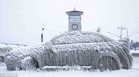 Hamburg, USA - Bar i zaparkowane nieopodal auta pokryły się grubą warstwą lodu -4