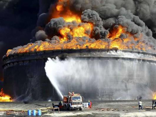 Libia - Płonie 7 zbiorników z ropą naftową