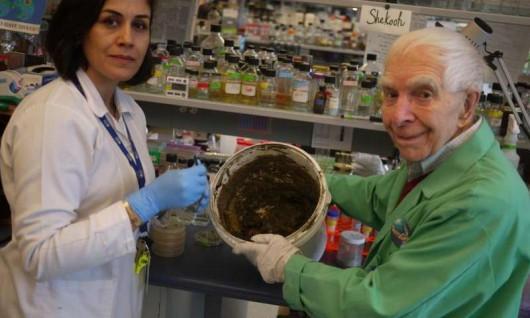 Naukowcy Julian Davies i Shekooh Behroozian z wiadrem gliny. Foto: University of British Columbia