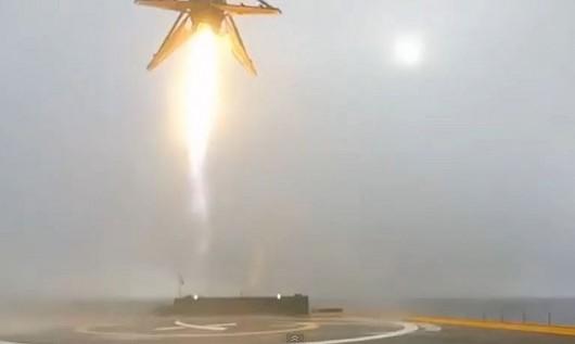 Nieudana próba lądowania rakiety Falcon 9 - rakieta wracała na barkę