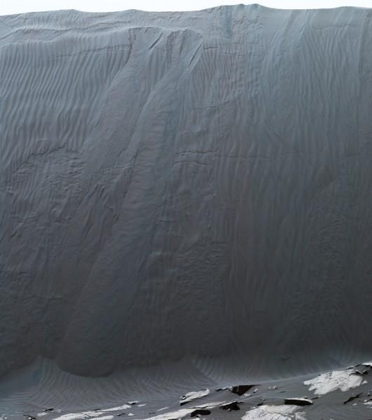 """Obraz wydmy """"Namib"""", złożony z serii zdjec wykonanych przez łazik Curiosity 17 grudnia 2015 roku NASA/JPL"""