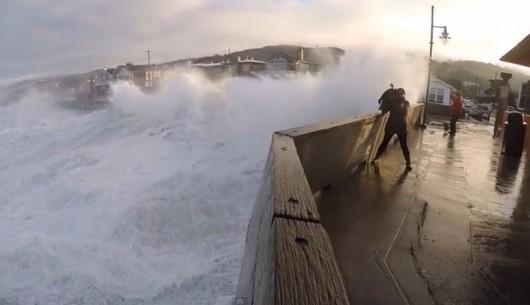 Pacifica - fale uderzają o klif niszcząc wybrzeże