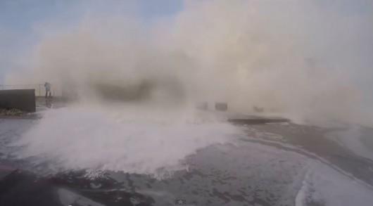 Pacifica ogromne fale uderzają w klif