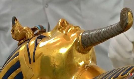 Złota maska Tutanhamona uszkodzoną bródkę przyklejono zwyklym klejem