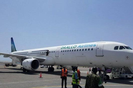 Mogadiszu, Somalia - Samolot pasażerski wylądował awaryjnie z ogromną dziurą w kadłubie -2