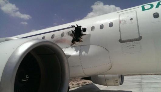 Mogadiszu, Somalia - Samolot pasażerski wylądował awaryjnie z ogromną dziurą w kadłubie -3
