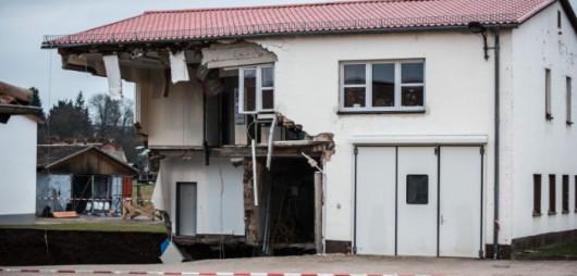 Niemcy - W Nordhausen zapadła się ziemia, powstał lej wypełniony wodą, głęboki na 40 metrów -2