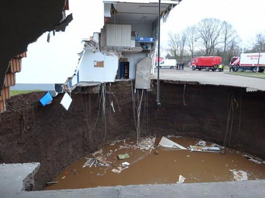Niemcy - W Nordhausen zapadła się ziemia, powstał lej wypełniony wodą, głęboki na 40 metrów -3