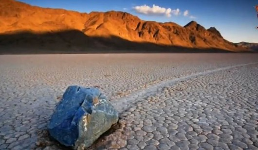 Niezwykłe zjawisko wędrujących kamieni
