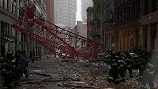 Nowy Jork, USA - Na Dolnym Manhattanie przewrócił się wielki dźwig -2