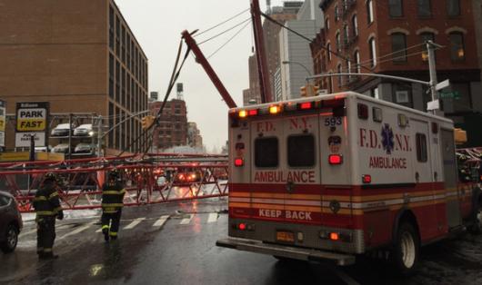 Nowy Jork, USA - Na Dolnym Manhattanie przewrócił się wielki dźwig -3