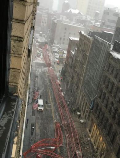 Nowy Jork, USA - Na Dolnym Manhattanie przewrócił się wielki dźwig -7