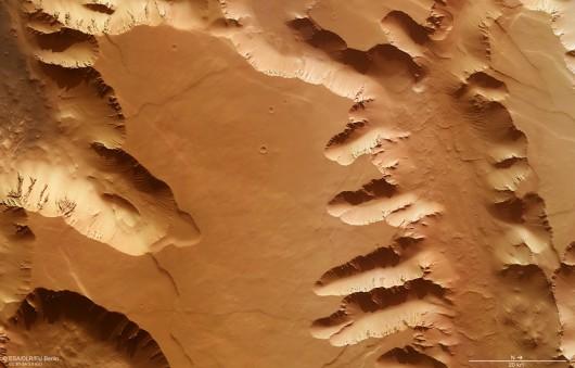 Kanion na Marsie - oryginalny widok z sondy Mars Express / ESA