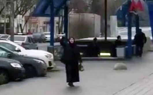 Rosja - W centrum Moskwy ubrana na czarno kobieta trzymając odciętą głowę dziecka
