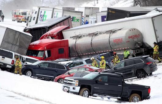 USA - Burza śnieżna przyczyniła się do karambolu na ponad 50 aut w Pensylwanii -1