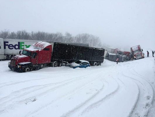 USA - Burza śnieżna przyczyniła się do karambolu na ponad 50 aut w Pensylwanii -2