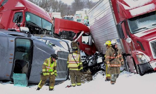 USA - Burza śnieżna przyczyniła się do karambolu na ponad 50 aut w Pensylwanii -3