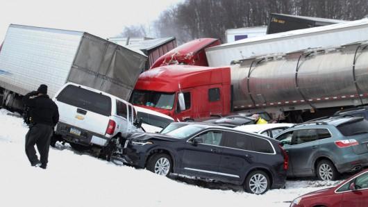 USA - Burza śnieżna przyczyniła się do karambolu na ponad 50 aut w Pensylwanii -4