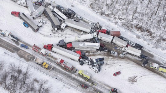 USA - Burza śnieżna przyczyniła się do karambolu na ponad 50 aut w Pensylwanii -5