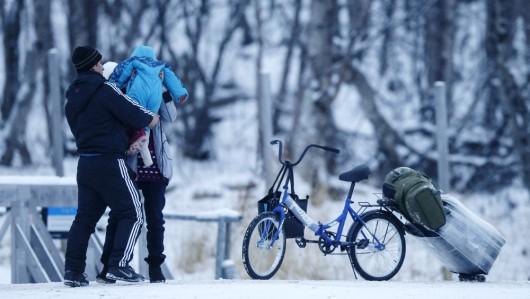 Uchodźcy przekraczający granicę w Storskog. Zdjęcie - NRK