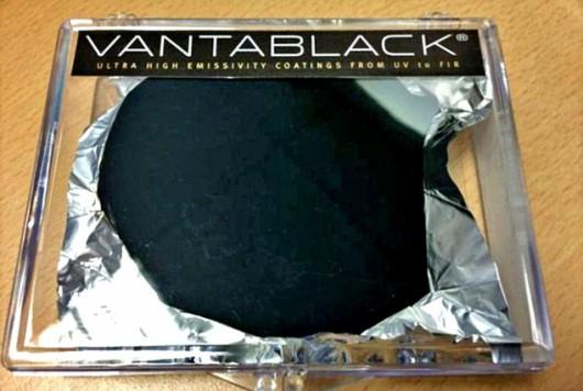 Vantablack, najczarniejsza barwa na świecie, absorbuje 99,96 procent światła