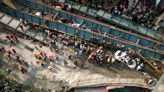 Kalkuta, Indie - Runął wiadukt -6