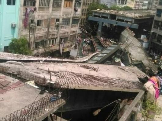 Kalkuta, Indie - Runął wiadukt -9