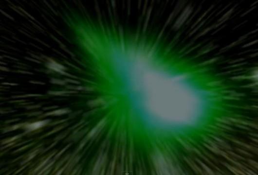 Kometa 252P/LINEAR (w powiększeniu} ma zielonkawą barwę